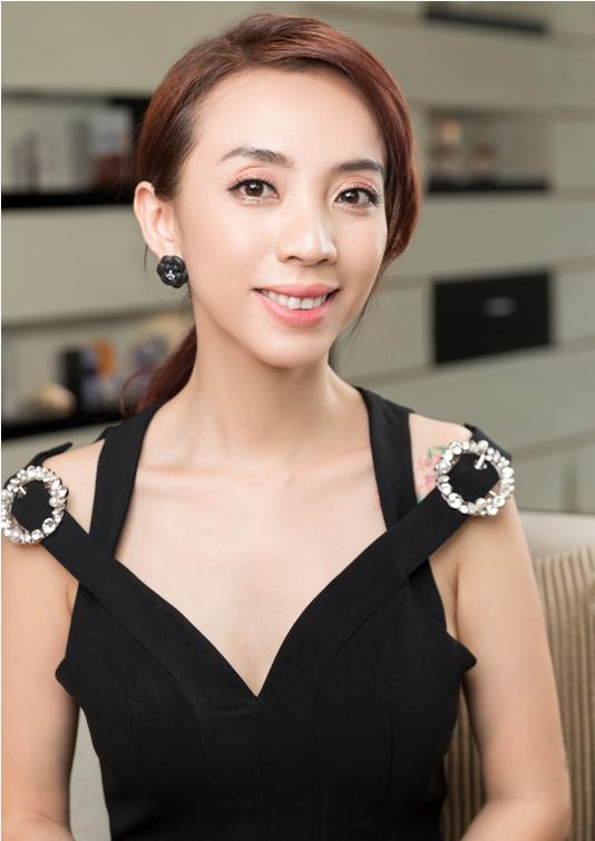 làn da trẻ trung, gương mặt rạng rỡ như trẻ ra nhiều tuổi của Thu Trang sau liệu trình Ủltra thermage.