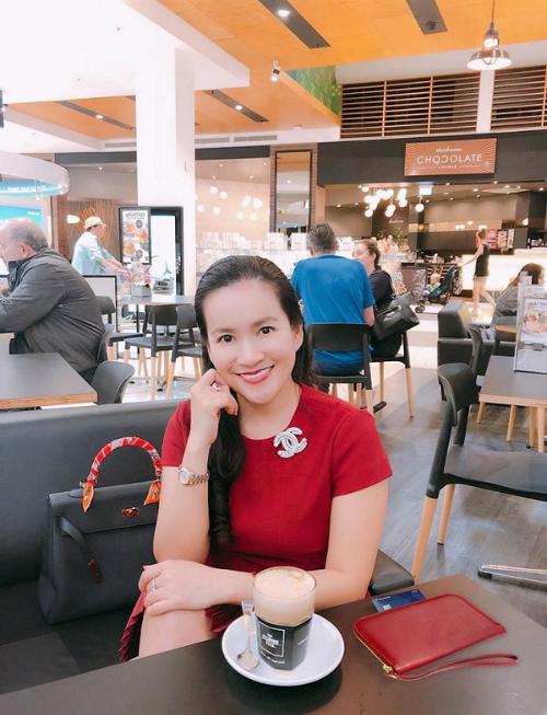 Nụ cười thanh thoát, hài hoà với gương mặt của nữ doanh nhân Anh Thơ (bà xã người mẫu Bình Minh) giúp chị như trẻ hơn 10 năm trước sau khi làm răng tại Auris Dental.