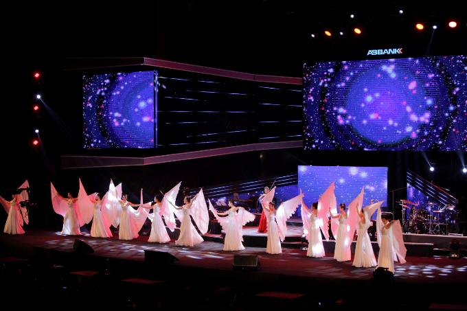 Múa Hoa xuân với biên đạo ấn tượng là tiết mục mở màn chương trình.