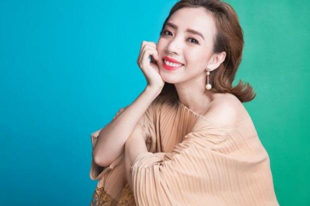 Thu Trang cho biết, vì lịch diễn bận rộn, cô thường xuyên phải di chuyển, trang điểm và thức khuya. Bên cạnh đó, diễn xuất đòi hỏi biểu cảm cười, nhưng Hoa hậu hài vẫntrẻ trung vượt tuổi dù đã là mẹ mộtcon.
