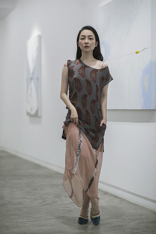 Nữ thiết kế đã mời diễn viên múa Linh Nga thể hiện các mẫu trang phục mới nhất của mình. Bởi vẻ đẹp nhẹ nhàng, thanh thoát của chim công làng múa rất phù hợp với tinh thần của bộ sưu tập này.
