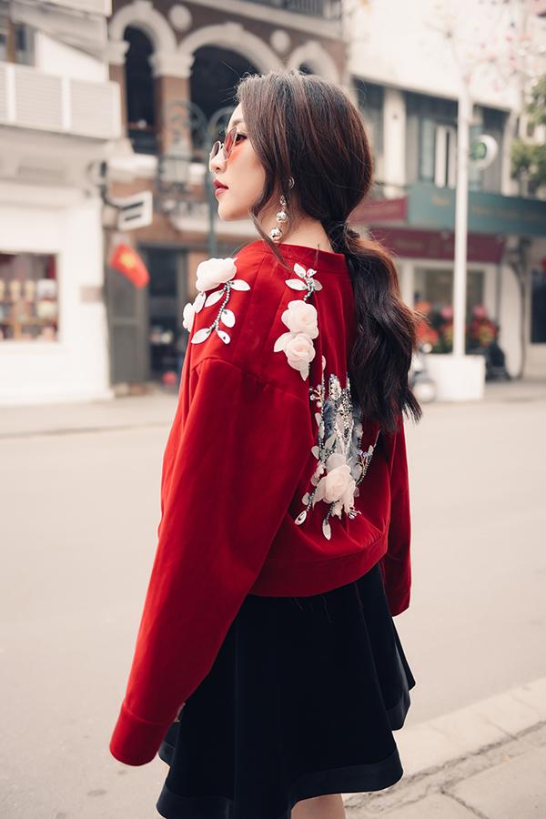 Áo khoác dáng lửng trở nên bắt mắt hơn bởi hoạ tiết những cánh hoa nổi được đính kết cầu kỳ trên vai áo, lưng áo.
