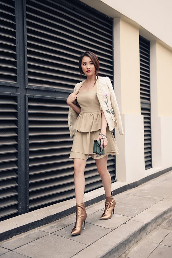 Đối với các bạn gái yêu phong cách bánh bèo thì áo khoác lửng, áo giả vest cắt may trên chất liệu vải tweed thịnh hành là lựa chọn hoàn toàn hợp lý.