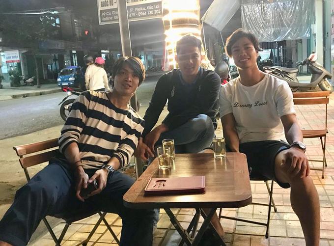 Không nhiều người biết ngoài đời, Công Phượng - chàng tiền đạo số 10 nổi tiếng của bóng đá Việt Nam - cũng là một ông chủ quán cà phê. Quán CP10 là tâm huyết của cầu thủ gốc Nghệ An, mang số áo của anh. Quán nằm tại 99 Cù Chính Lan, thành phố Pleiku, Gia Lai. Đây cúng là địa chỉ tụ tập quen thuộc của nhiều cầu thủ nổi tiếng như Tuấn Anh, Đức Chinh...