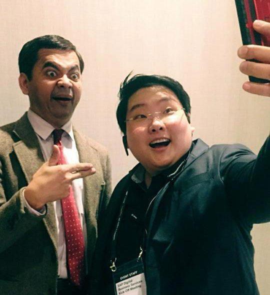 Mr Bean Thái chụp ảnh cùng người hâm mộ.