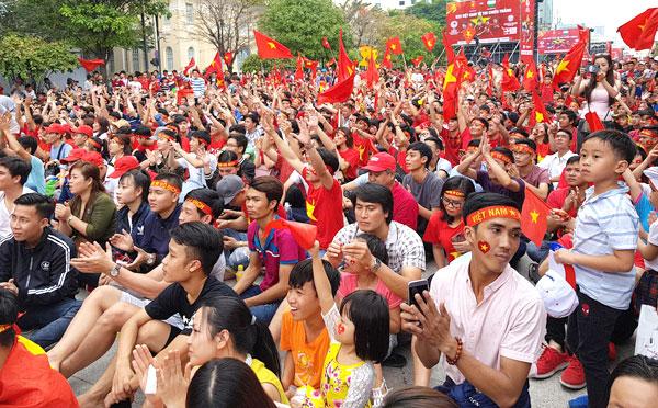CĐV Sài Gòn tập trung xem trận chung kết ở phố đi bộ Nguyễn Huệ. Ảnh: NH.