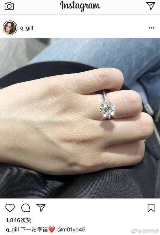 Chung Hân Đồng khoe nhẫn đính hôn trên mạng xã hội.