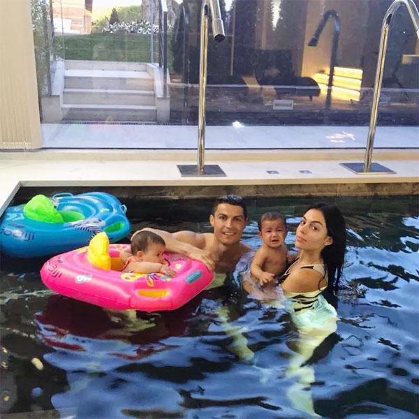C. Ronaldo bên bạn gái và hai con