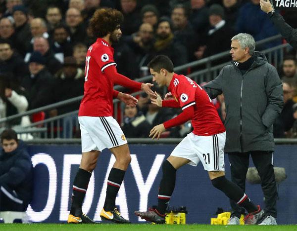 HLV Mourinho ra tận nơi hỏi han học trò. Theo Mirror, tiền vệ tóc xù buộc phải rời sân vì chấn thương đầu gối.