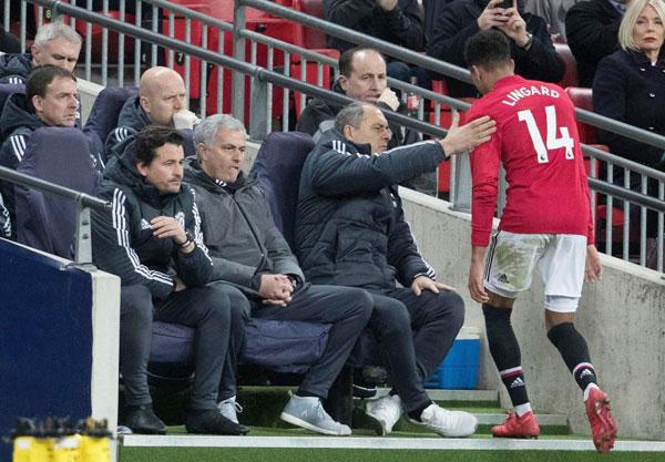 Bị thay ra, Jesse Lingard có vẻ tức giận. Tiền vệ người Anh bỏ lỡ cơ hội gỡ hòa 1-1 trong hiệp một.