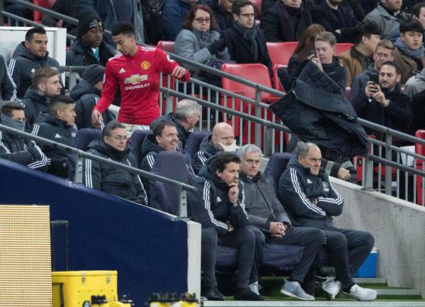 Lingard bực tức ném áo khoác khi tiến về ghế ngồi ở khu kỹ thuật. Để thua Spurs 0-2, MU bị Man City nới rộng cách biệt lên 15 điểm.