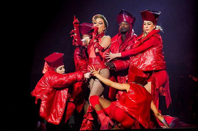 Gaga từng phải hoãn tour diễn để điều trị căn bệnh mãn tính đau xơ cơ. Sau một thời gian dài nghỉ ngơi, nữ ca sĩ đã trở lại sung mãn như xưa.