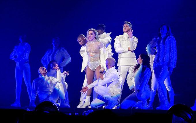 Ngôi sao 31 tuổi đã đầu tư kỹ lưỡng về trang phục. Cô thay vô số bộ đồ trong hơn 2 tiếng biểu diễn.