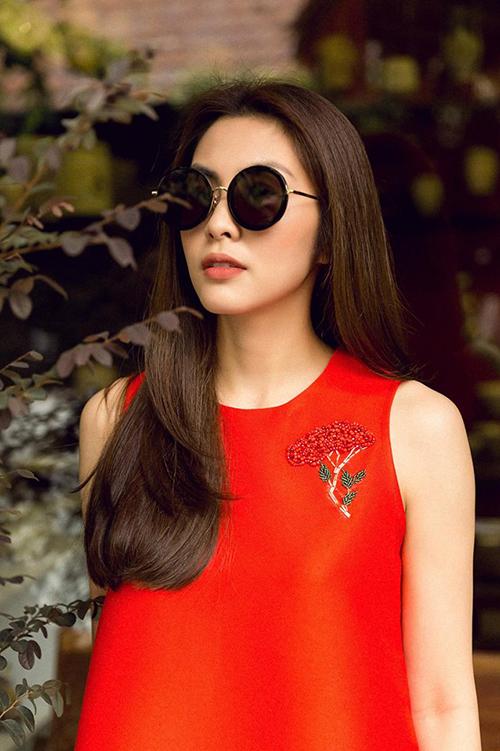 Tăng Thanh Hà nổi bật trong thiết kế màu đỏ rực của thương hiệu thời trang mang tên cô.