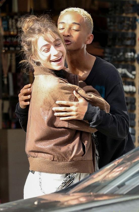 Jaden Smith không thể ngừng hôn cô bạn gái Odessa Adlon bên vệ đường ở Beverly Hills, California hôm 30/1.