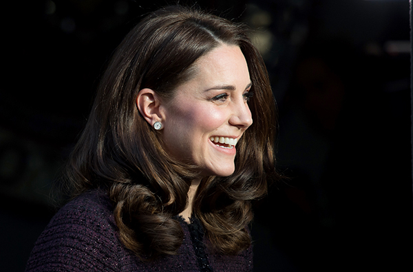 Kate Middleton ghi điểm với những kiểu tóc bồng bềnh, óng ả.