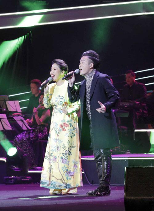 Tối qua (31/1), Mỹ Linh và Tùng Dương cùng góp mặt trong đêm nhạc Tết An Bình - Sải cánh yêu thương, tại Trung tâm hội nghị quốc gia, Hà Nội. Nữ diva diện áo dài màu vàng nhạt duyên dáng khi sánh đôi cùng giọng ca Con cò.