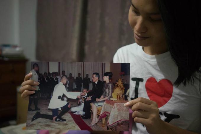Chàng trai chuyển giới lưu giữ nhiều bức ảnh kỷ niệm. Đây là lúc cô nhận bằng tốt nghiệp tại trường Cao đẳng hoàng gia ở Nakhon Pathom. Bức ảnh này được Lolita treo trong phòng ngủ của mình.