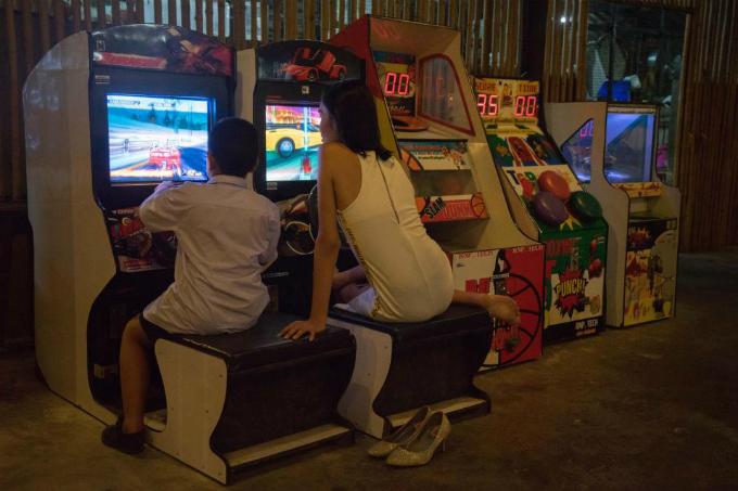 Những lúc rảnh rỗi, Lolita tìm thấy bình yên khi đi chơi game cùng con một người bạn của bố cô.