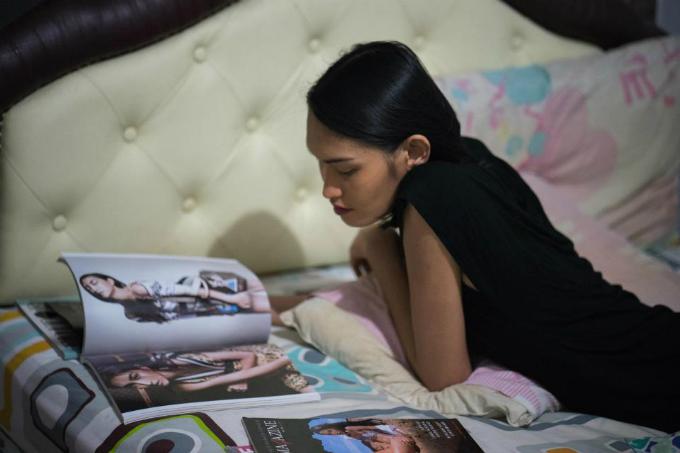 Cô gái trẻ xem các tạp chí để lấy động lực nuôi dưỡng ước mơ trở thành người mẫu.