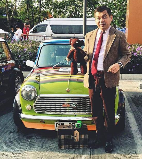 Mongkol hóa trang thành Mr Bean phiên bản Thái Lan.