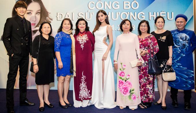 NSND Kim Cương (thứ tư từ trái qua) chia sẻ, gặp Ngân Anh ngoài đời bà thấy cô lễ phép, ứng xử đúng mực, rất đáng khen.