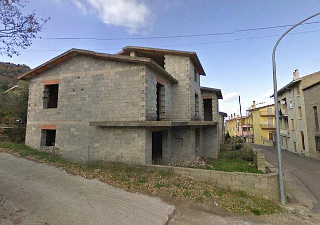 Những ngôi nhà bằng đá được người dân cũ bỏ hoang nhiều năm trong thị trấn.