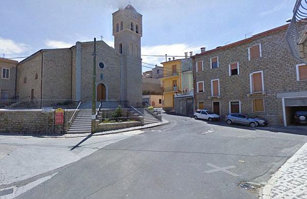 Quang cảnh vắng vẻ ở quảng trường trung tâm thị trấn.