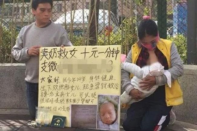 Vợ chồng Tang quỳ trên vỉa hè để bán sữa mẹ cứu con.