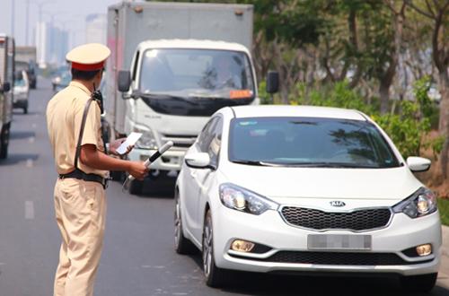 Tài xế kiện cảnh sát giao thông vì bị phạt lỗi vượt đèn vàng. Ảnh minh họa: Quốc Thắng.