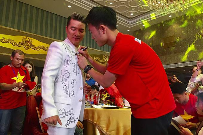 HHen Niê, Mr. Đàm hào hứng gặp tuyển U23 Việt Nam ở Sài Gòn - 10