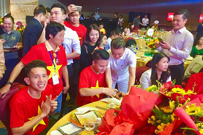 HHen Niê, Mr. Đàm hào hứng gặp tuyển U23 Việt Nam ở Sài Gòn - 11