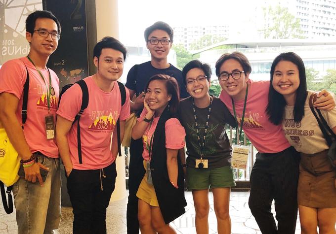 20 học sinh, sinh viên háo hức với chuyến xuất ngoại đầu tiên trong đờicùng Quang Vinh.