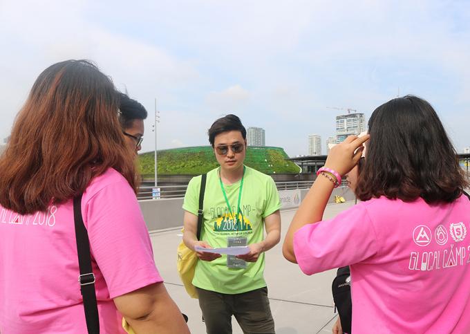 Hoàng tử sơn ca từng đi du lịch nhiều nơi nên có kinh nghiệm tìm chỗ ăn ở,mua sắm, tham quan chia sẻ với cácđàn em. Ngoài ca hát, anh còn là đại sứ du lịch Đài Loan tại Việt Nam và nổi tiếng với vai trò travel blogger. Tôi muốn thay đổi nhận thức và thói quen sống của các bạn trẻ bằng chuyến đi ý nghĩa tới Singapore, anh nói.