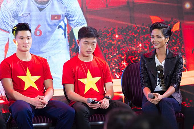 HHen Niê, Mr. Đàm hào hứng gặp tuyển U23 Việt Nam ở Sài Gòn - 3