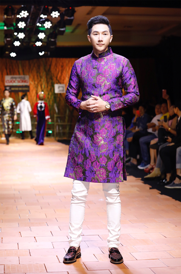 Các nhà thiết kế đưa cả họa tiết hoa hồng lên áo dài dành cho nam.