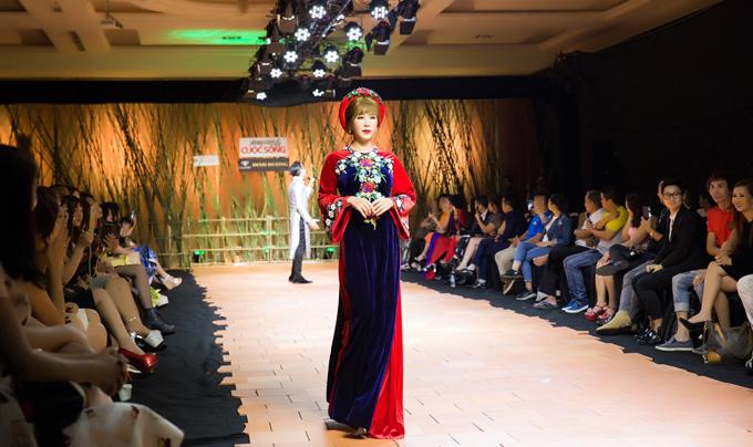 Nhiều khán giả bất ngờ khi Hoa hậu Phu nhân 2012 xuất hiện trên sàn diễn.
