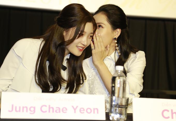Sau thời gian làm việc chung trên phim trường, Chi Pu khá thân thiết với Jung Chae Yeon. Chính cô đã dạy đồng nghiệp nước ngoài nói một số câu thoại bằng tiếng Việt trong phim.