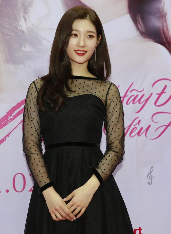 Diễn viên Hàn Quốc thay hai trang phục trong sự kiện này. Cô chuộng váy áo kiểu dángđơn giản, nữ tính.