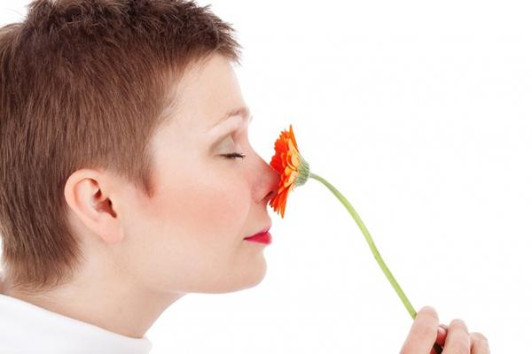 Phụ nữ phân biệt mùi tốt hơn đàn ông Phụ nữ được ưu ái có khứu giác hoạt động nhạy bén tốt hơn nam giới vì họ có thiên chức chăm sóc gia đình. Khi phân biệt được các loại mùi hương, họ sẽ biết được thứ gì có thể sử dụng được, thứ gì không.