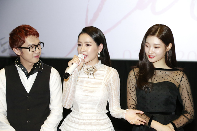 Minh Xù (trái)làm MC trong buổigiao lưu cùng Chi Pu và đoàn phim Lala: Hãy để em yêu anh.