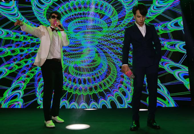 Ca sĩ San E (trái) và Jaykii song ca I wish you were unhappy nói lên tâm trạng của nhân vật G-Feel màSan E thủ vai trong Lala: Hãy để em yêu anh.