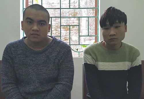 Nguyễn Phúc và Lê Nhật Rôn tại công an huyện Nghi Lộc. Ảnh: Anh Thư.