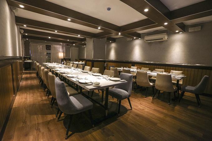 Ngoài 3 phòng cabin VIP riêng biệt, nhà hàng còn có một phòng tiệc lớn, có thể phục vụ được 50 thực khách. Không gian thoải mái nơi đây hoàn toàn phù hợp cho nhiều thể loại tiệc.