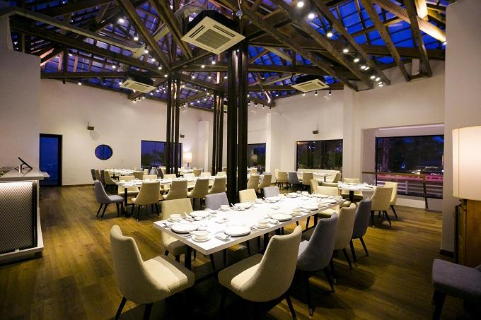 Tầng áp mái của nhà hàng lại là một không gian mở thoáng và rộng với trần cao, thiết kế tinh tế, ấm cúng nhờ sử dụng kết hợp chất liệu gỗ, phù hợp cho nhóm thực khách hoặc những buổi tiệc lớn với quy mô trên 100 người.