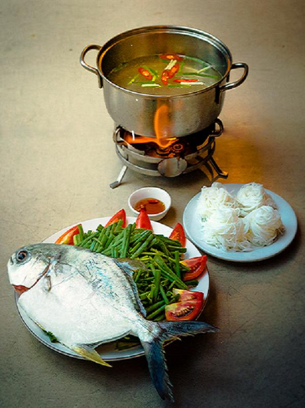 Lẩu cá nấu xoài có vị thanh chua của xoài, hòa quyện nước ngọt được tiết ra từ cá cùng một số loại rau thơm là một món ăn sáng tạo độc đáo mà bạn không nên bỏ qua.
