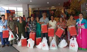 Lotte Mart trao 800 phần quà cho người dân nghèo