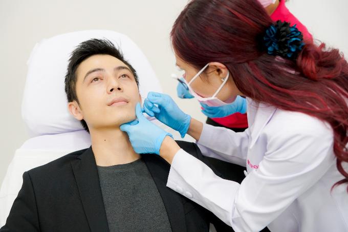 Bác sỹ Nitipon thực hiện liệu trình filler làm đầy rãnh mũi má. Hai phương pháp này đều đã được FDA (Cục quản lý Thực phẩm và Dược phẩm Hoa Kỳ) kiểm tra và cho phép lưu hành. Cả hai loại thuốc đều sẽ tan theo thời gian mà không ảnh hưởng gì đến cơ thể.