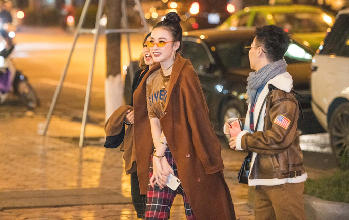 Người đẹp cũng tranh thủ đi ăn tối trước khi cùng ê kíp di chuyển ra sân bay.