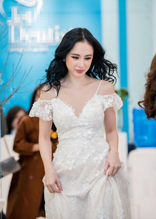 Angela Phương Trinh diện váy hở trọn vai trần khi xuất hiện tại một sự kiện ở Hà Nội. Nữ diễn viên cho biết, cô bay ra thủ đô tham gia chương trình rồi vội vã trở về TP HCM ngay trong đêm.